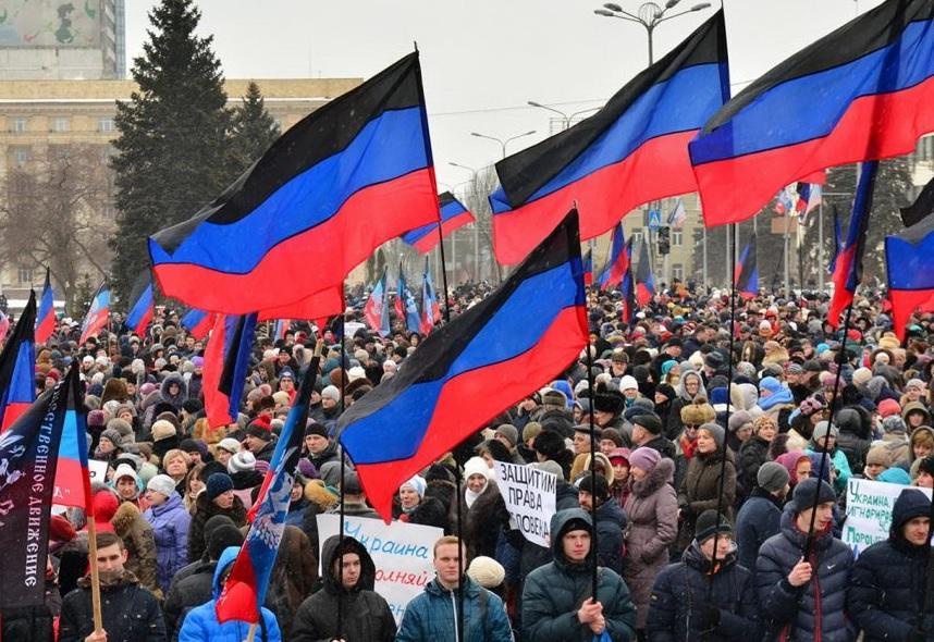 Под залпы орудий ВСУ: вДонецке проходит митинг вподдержку «Минска-2»