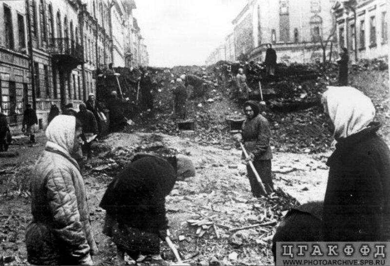 Строительство баррикады на улице Правды. Май 1942 г.