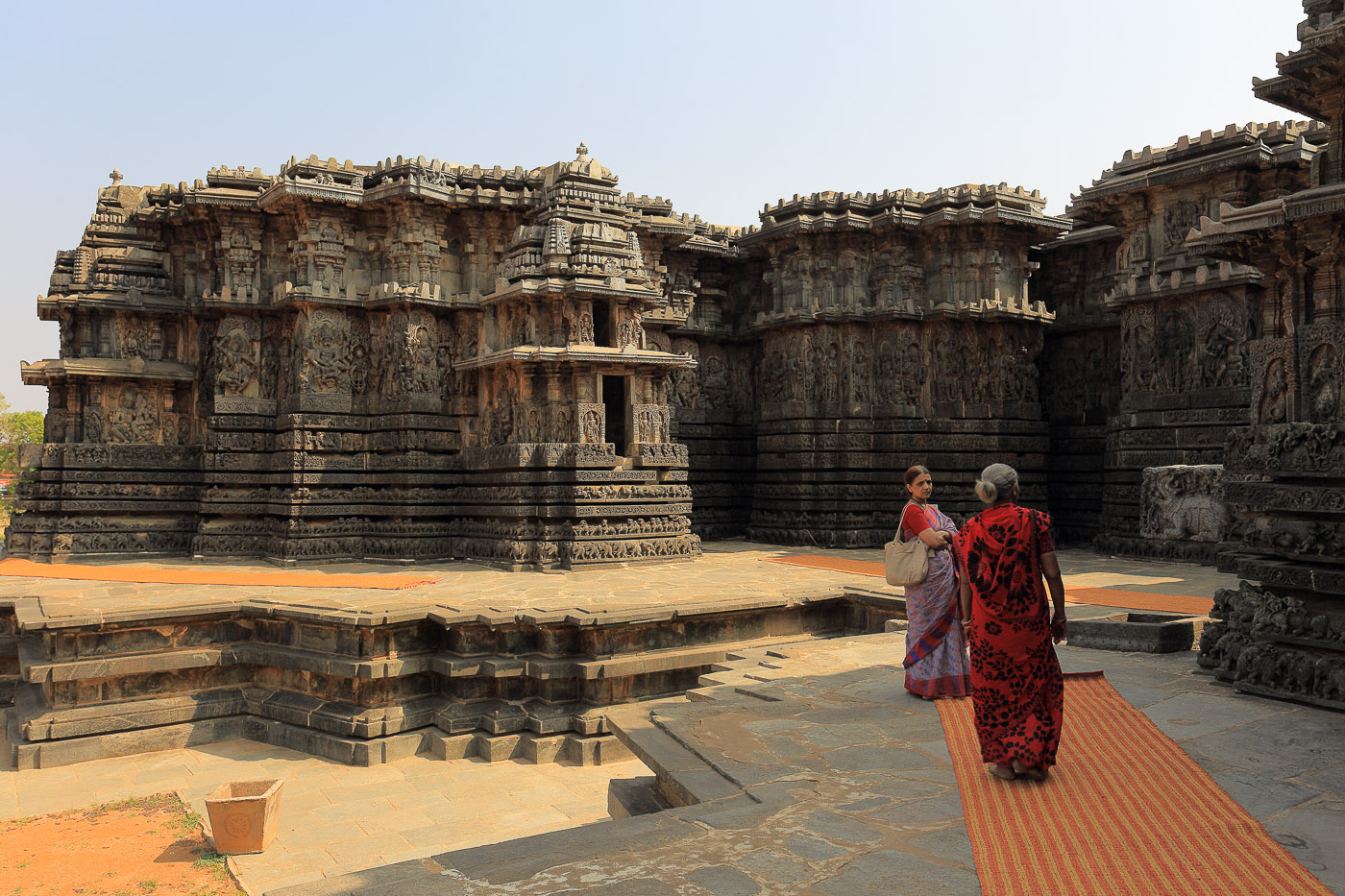 Фотография №5. Храм Хойсалешвара в Халебиде, элементы декора. Женщины на фоне стен. Отзывы об экскурсиях в Гокарне. Поездка на экскурсии в штат Карнатака в Индии. 1/50, -1 eV, f9, 29 mm, ISO 100.