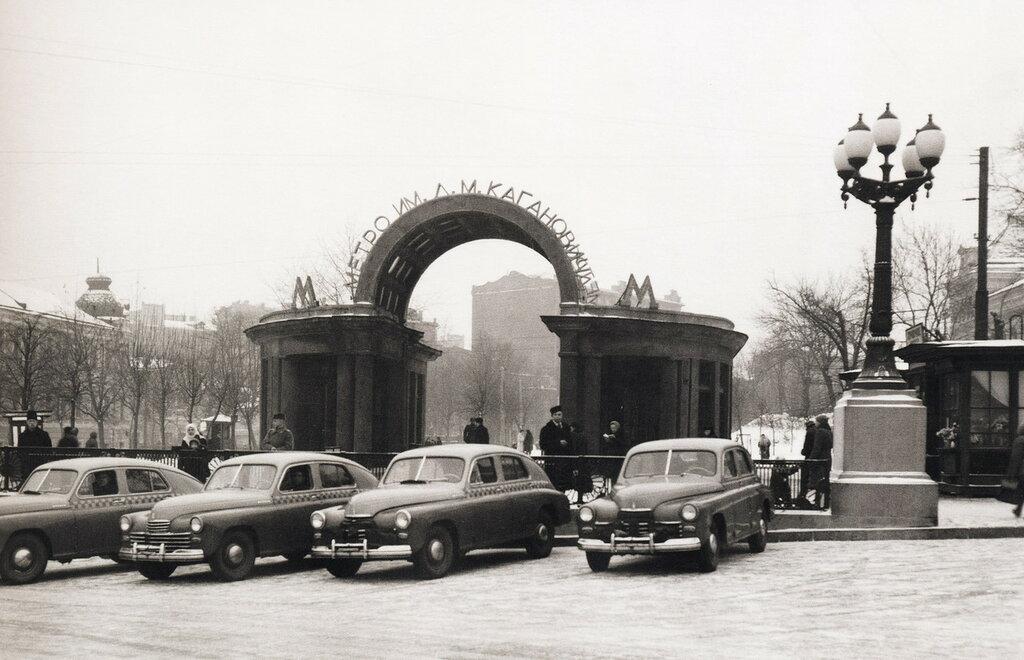 34342 Такси у станции метро «Дворец Советов» нач. 1950-х.jpg
