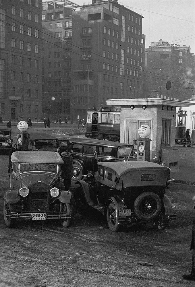 2270 Бензозаправка на улице Серафимовича кон. 1930-х.jpg