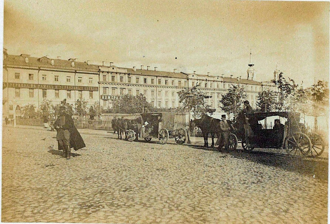447842 Остановка омнибусов у Ильинских ворот Aymar de la Baume-Pluvinel 1887.jpg