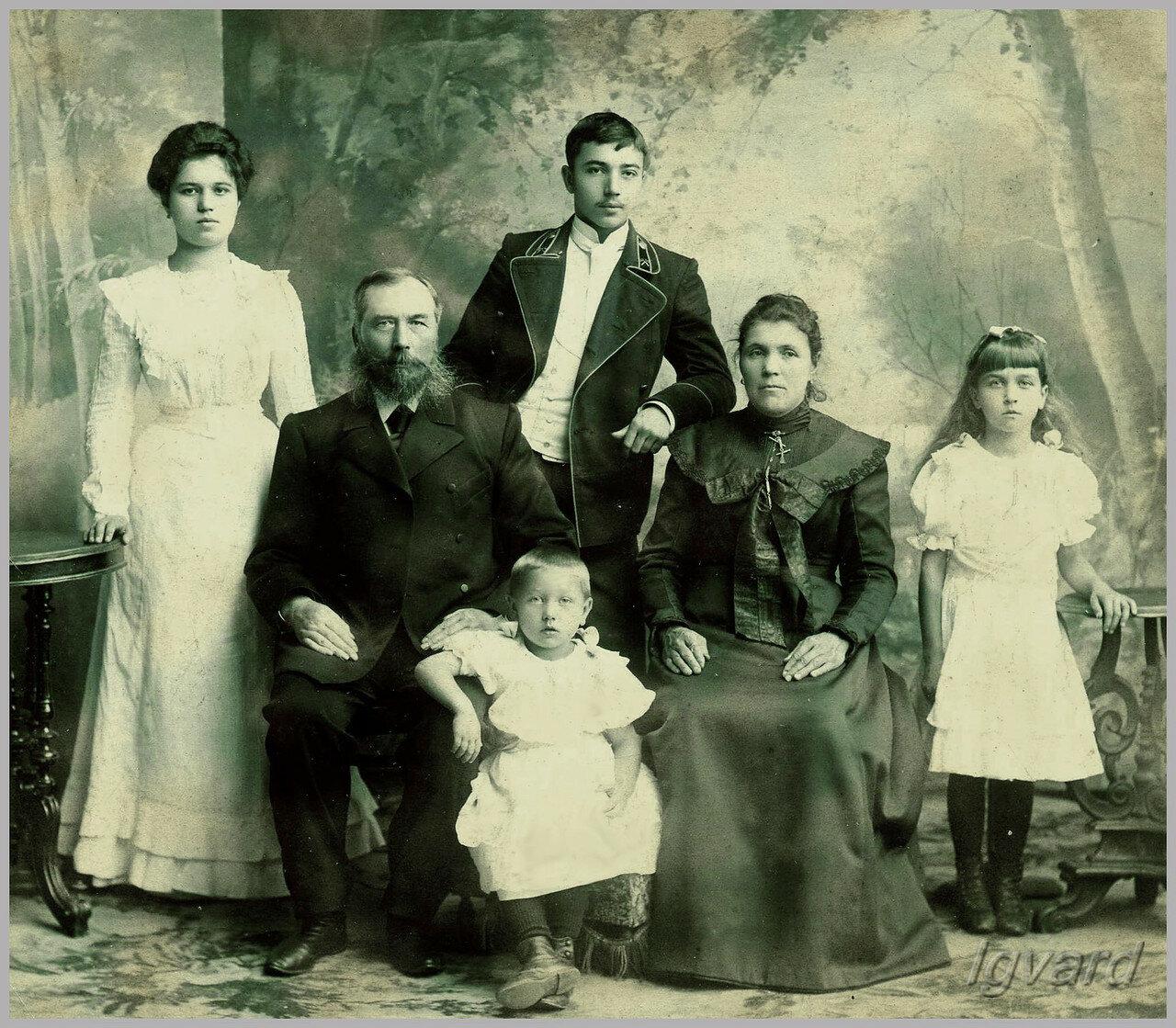 Семья Пятницких. Глава семьи – Николай Павлович Пятницкий, служащий фарфорового завода Кузнецова с женой и детьми. 1901