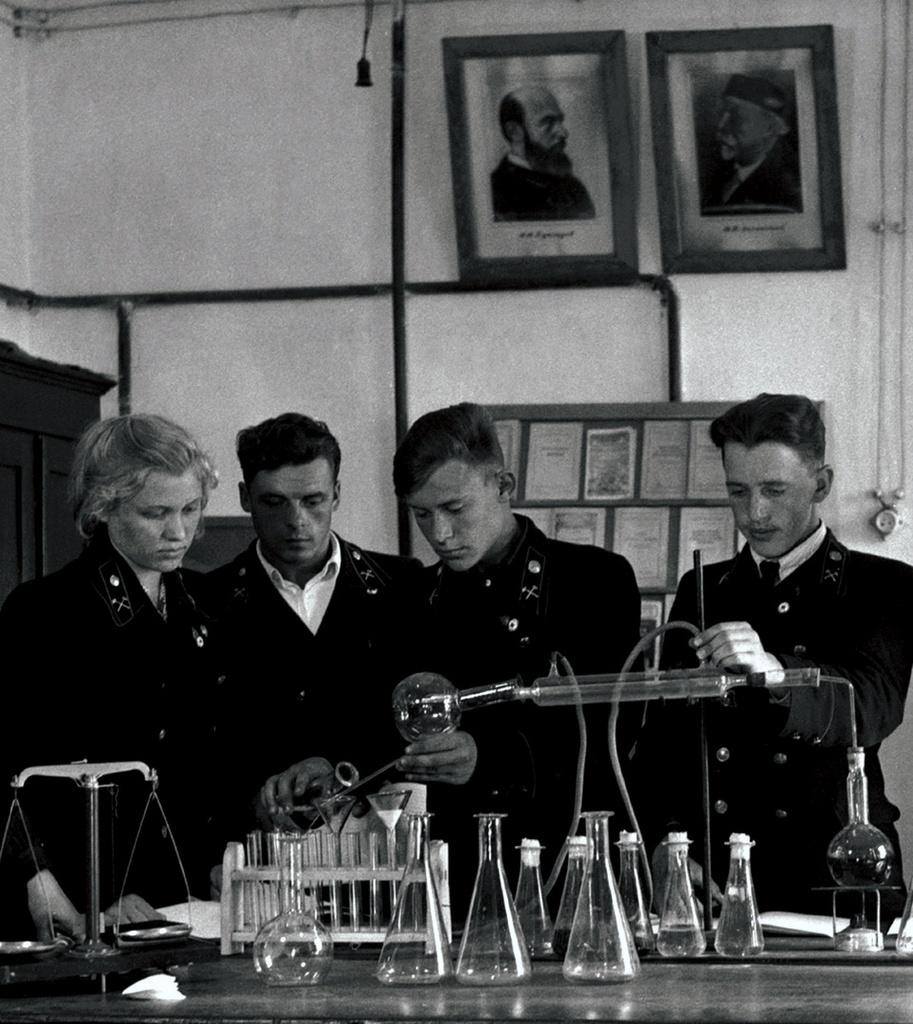 Коркино. Горный техникум. Учащиеся 2-го курса в кабинете химии (1953)