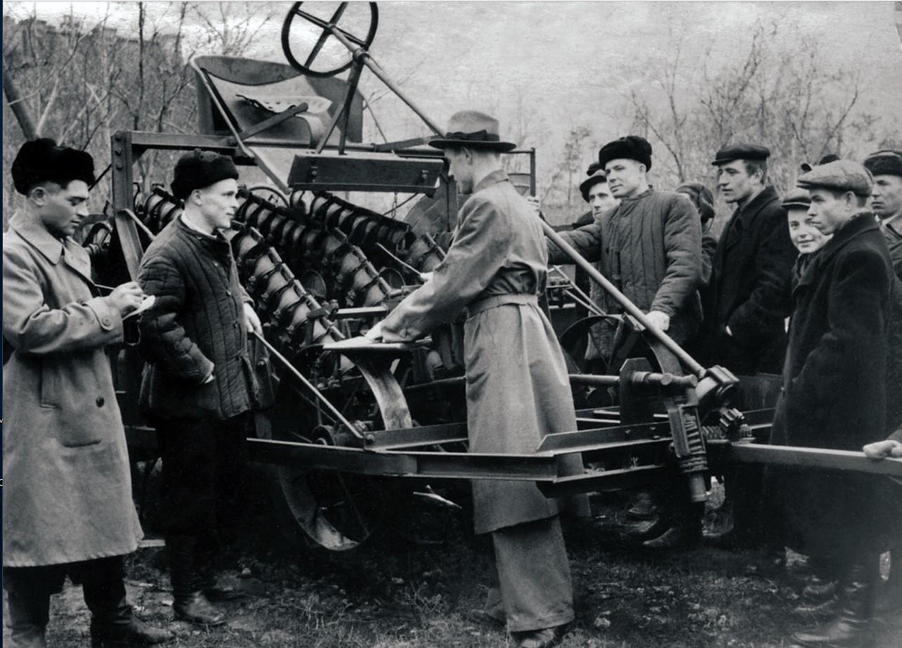 Челябинск. Областная сельскохозяйственная выставка. Павильон механизации. Посетители выставки осматривают свеклоуборочный комбайн (1953)