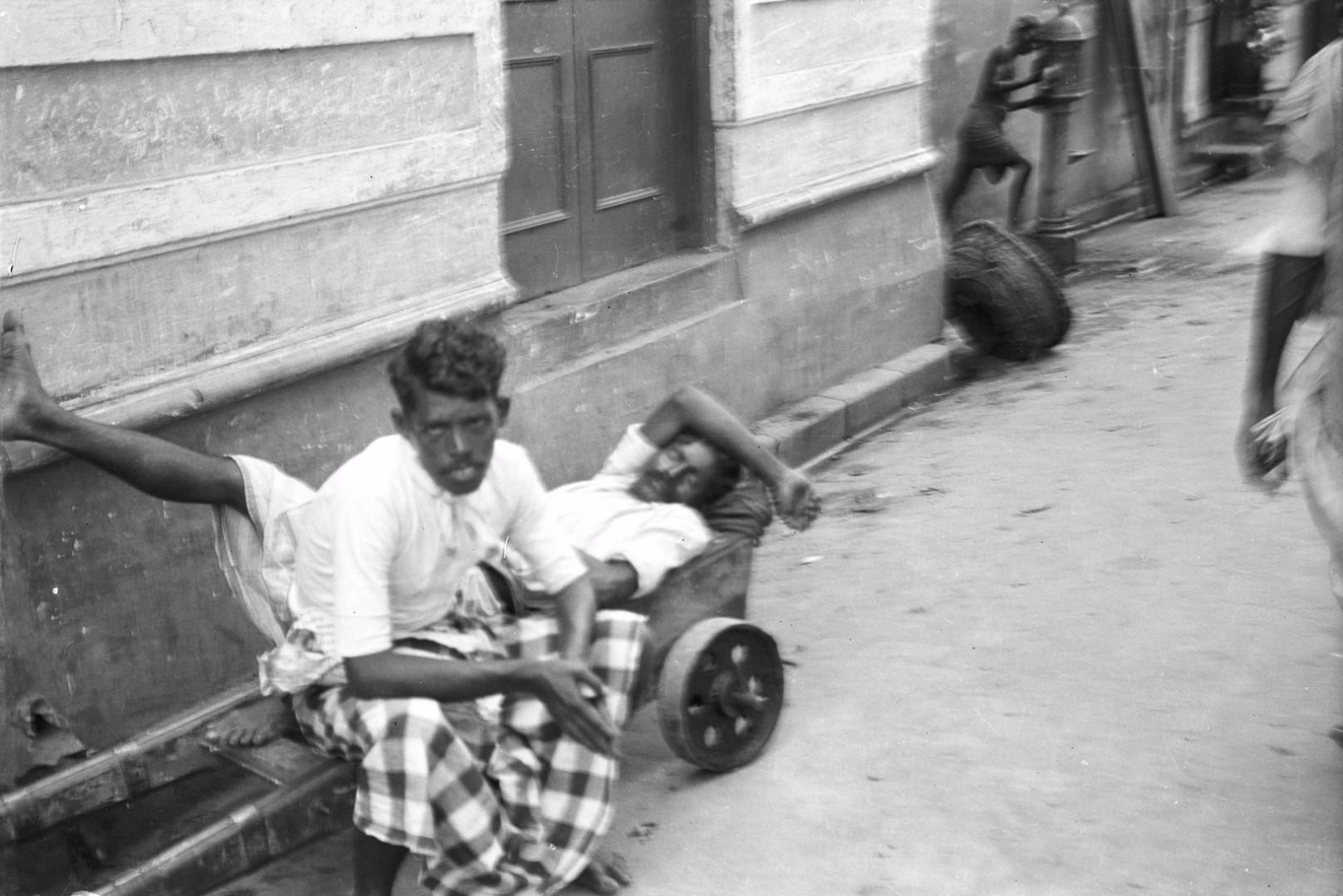 240. Двое мужчин отдыхают на улице. Рынок Петтах в Коломбо