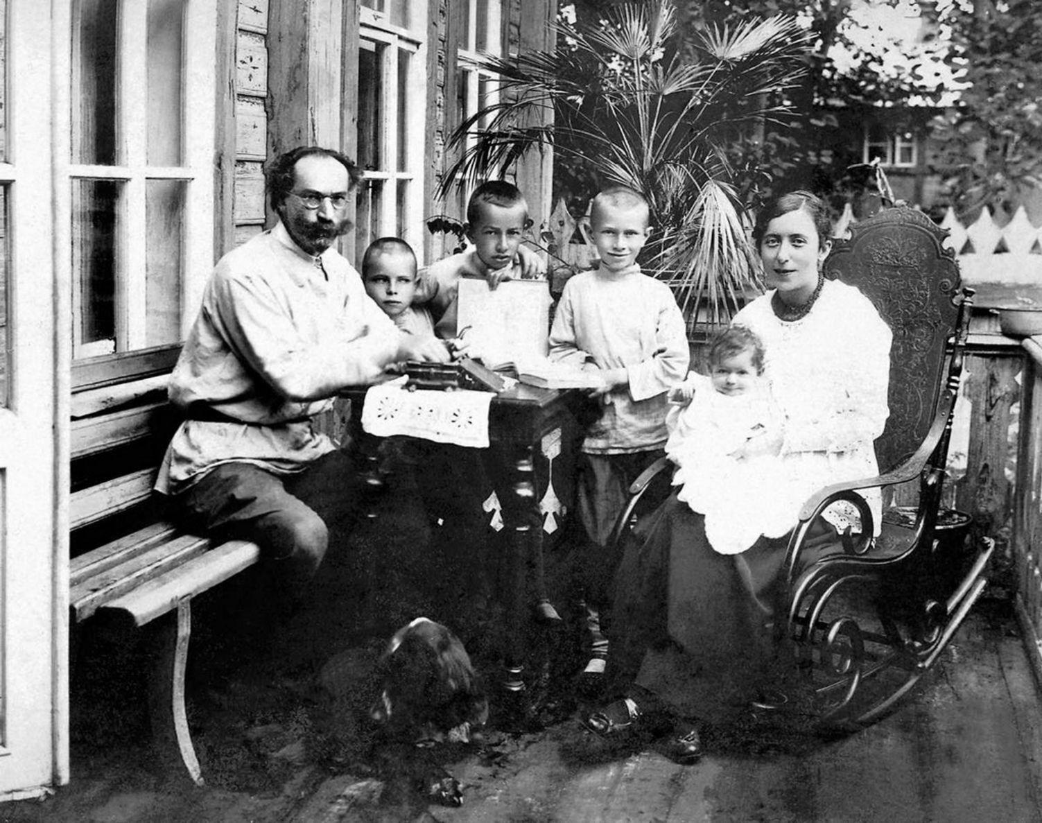 Главный врач Георгий Константинович Маврицкий с семьей