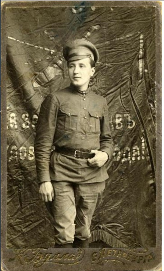 1922. Портрет молодого офицера на фоне знамени