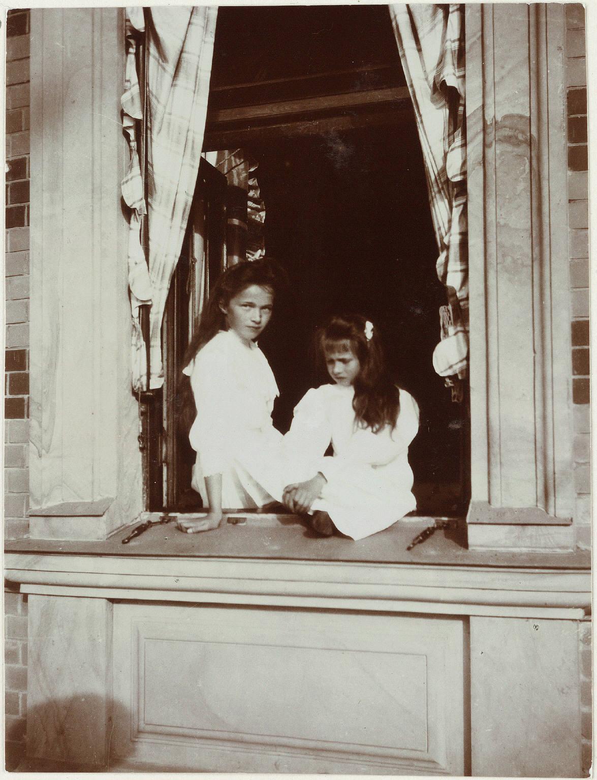 1909. Мария и Анастасия в Нижней даче