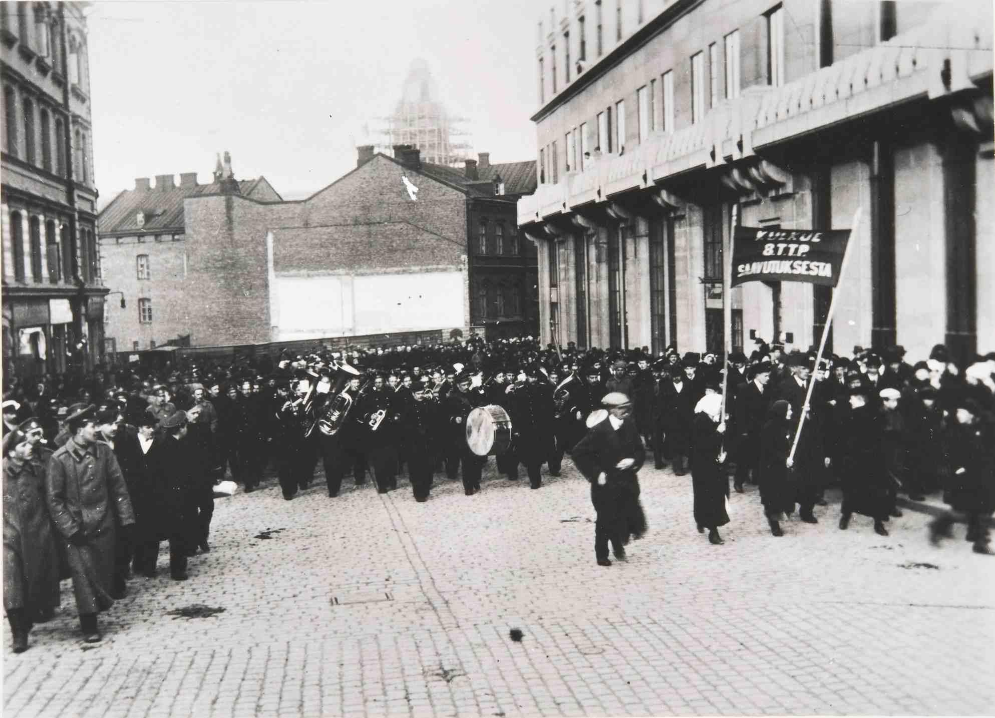 Демонстрация процессия в Гельсингфорсе на улице  17.04.1917