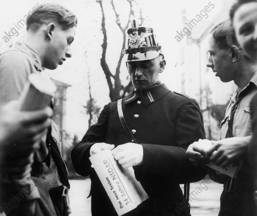 Hitlerjugend und Polizist mit Flugblatt - Hitler Youth and Police with Leaflets. -