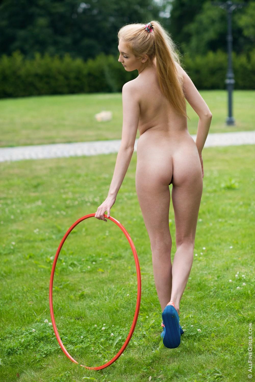 Jessey тренируется на лужайке