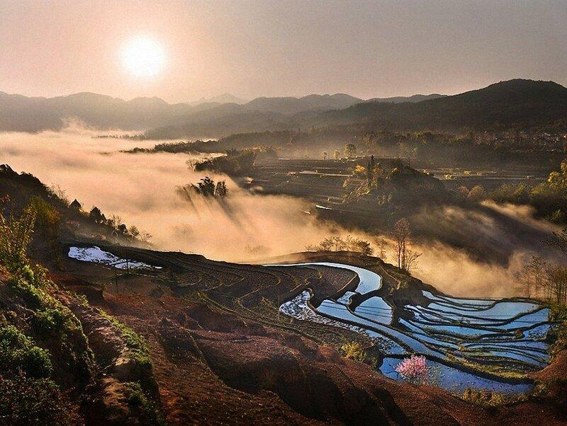 Прекрасное туманное утро в Yuanyang в Китае