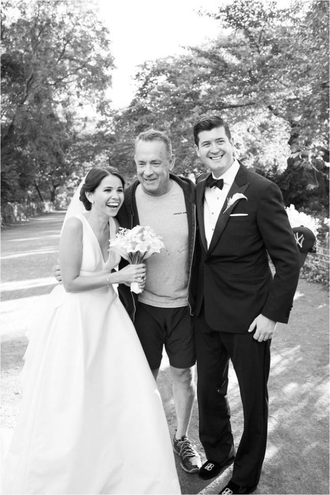 Обычно посторонние портят свадебные фотографии, но не в этом случае (5 фото)