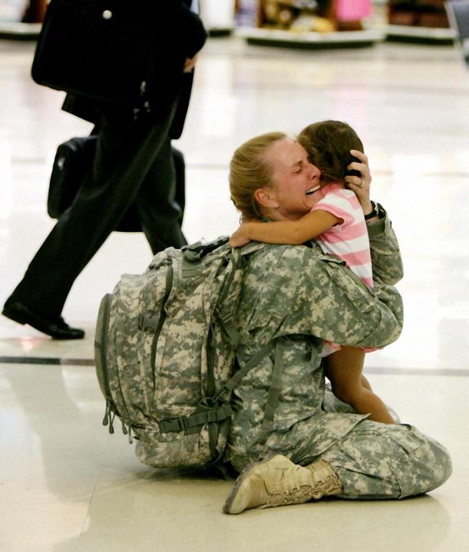 30. Встреча матери с дочерью после службы в Ираке.