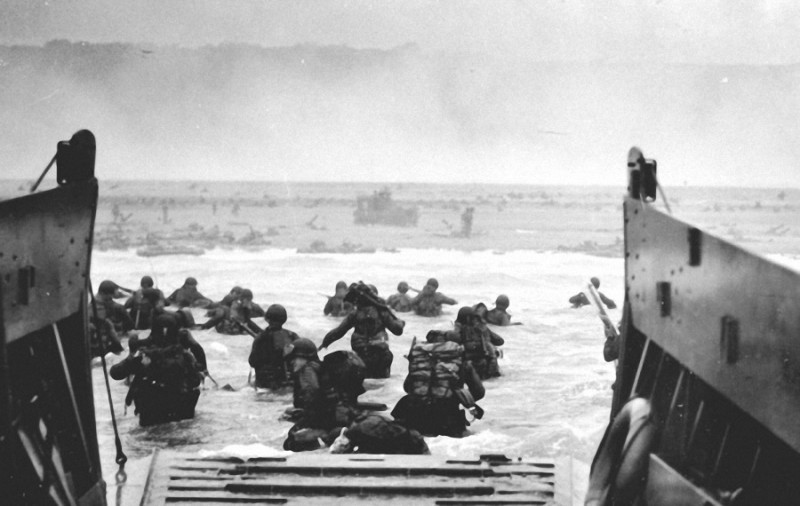36. Войска армии США высаживаются на берег во время Дня Д. Нормандия, 6 июня 1944 года.