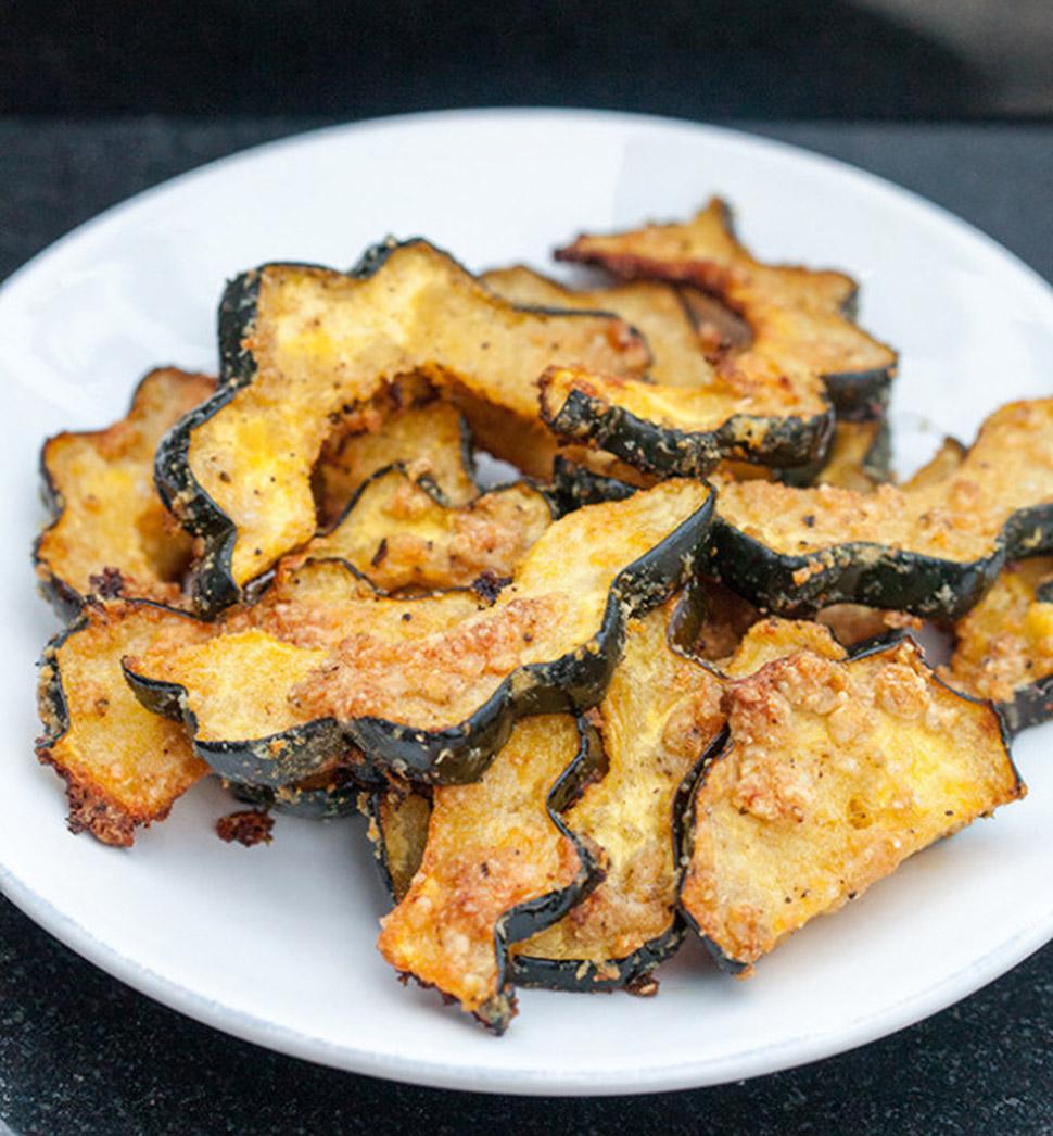 Чесночные чипсы из желудевой тыквы с пармезаном Ингредиенты (на 2-4 порции): 1 желудевая тыква 2 сто