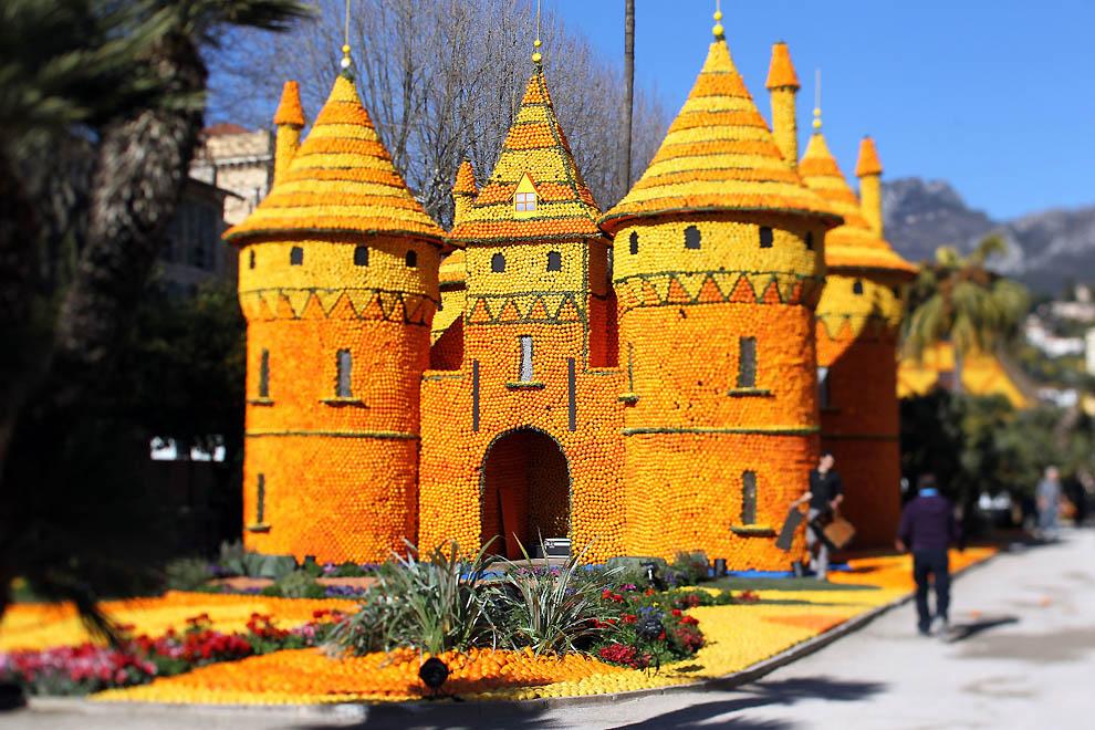 3. Огромный апельсиново-лимонный замок. (Valery Hache, AFP / Getty Images)