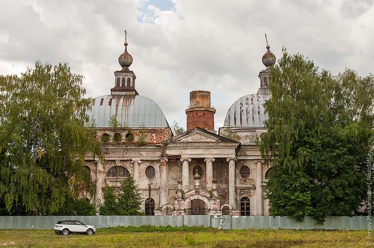2. В 1780 году напротив дворца графа Чернышева началось строительство храма. Огромное здание следова