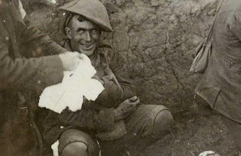 9. Контуженый Этот снимок сделан во время боев у французской деревни Курселет в сентябре 1916 года.