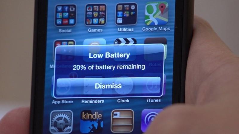 3. Оставлять заряжаться телефон на всю ночь — значит гробить батарею. Большинство из нас оставляет т