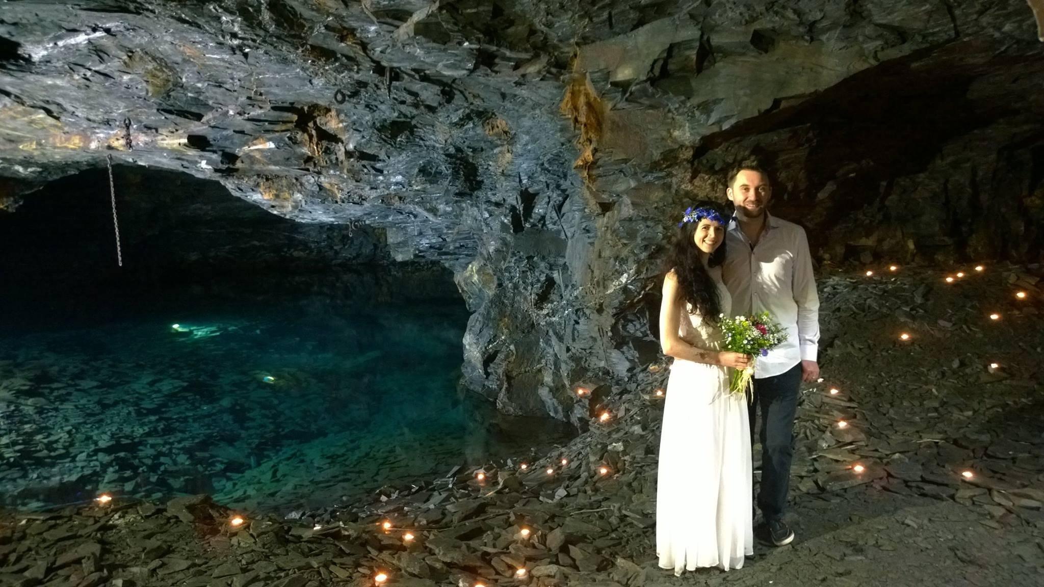Подземная пещера в Корнуэлле, Англия Глубоко под мирными деревенскими пейзажами Корнуэлла находится