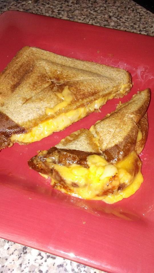 Сэндвич слегка пострадал от ужасно тупого ножа. Кстати, начинка из макарон с сыром.