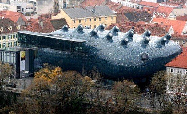 Что может быть лучше для хранения и экспозиции предметов искусства, чем здание, которое само по себе