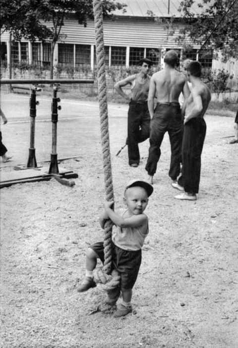Подрастающий спортсмен пытается овладеть канатом.