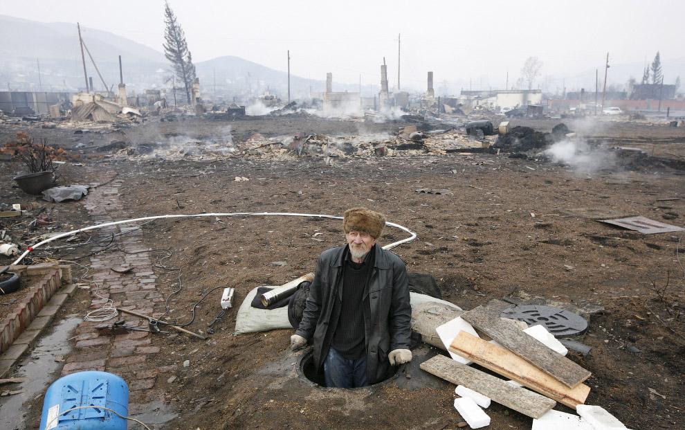 7. Гараж и сгоревший БМВ, Хакасия, 13 апреля 2015. (Фото Ilya Naymushin | Reuters):