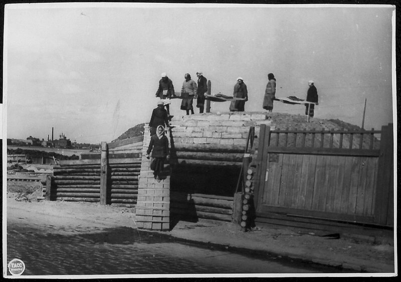 Постройка ДЗОТа на окраине Ленинграда. 15 июня 1942 г.