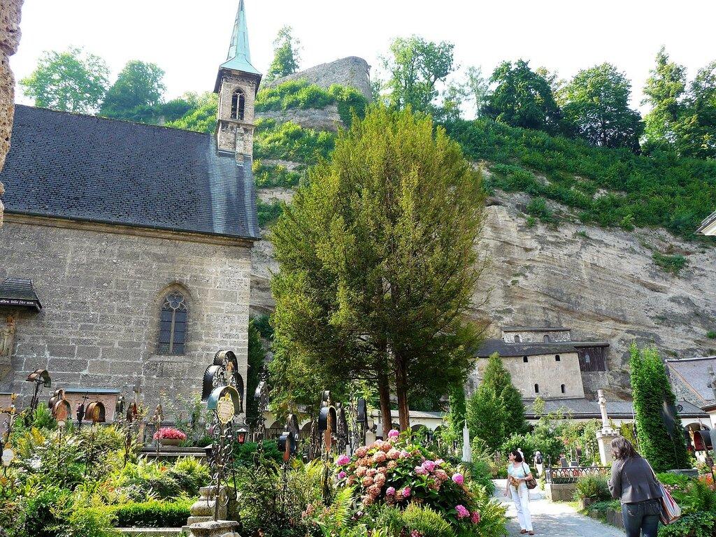 Вид на кладбище и старинную часовню.