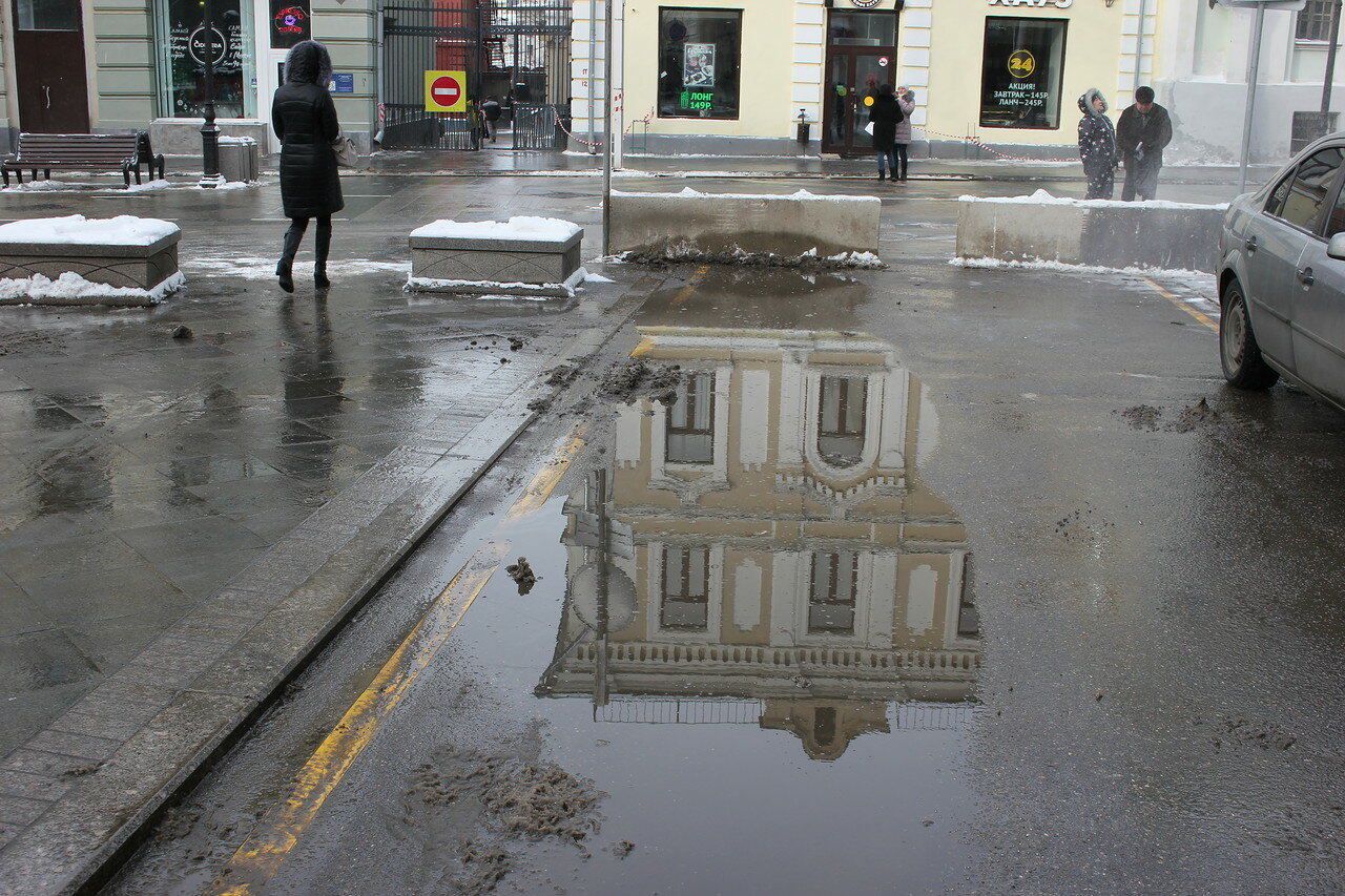 Морозная Москва в лужах