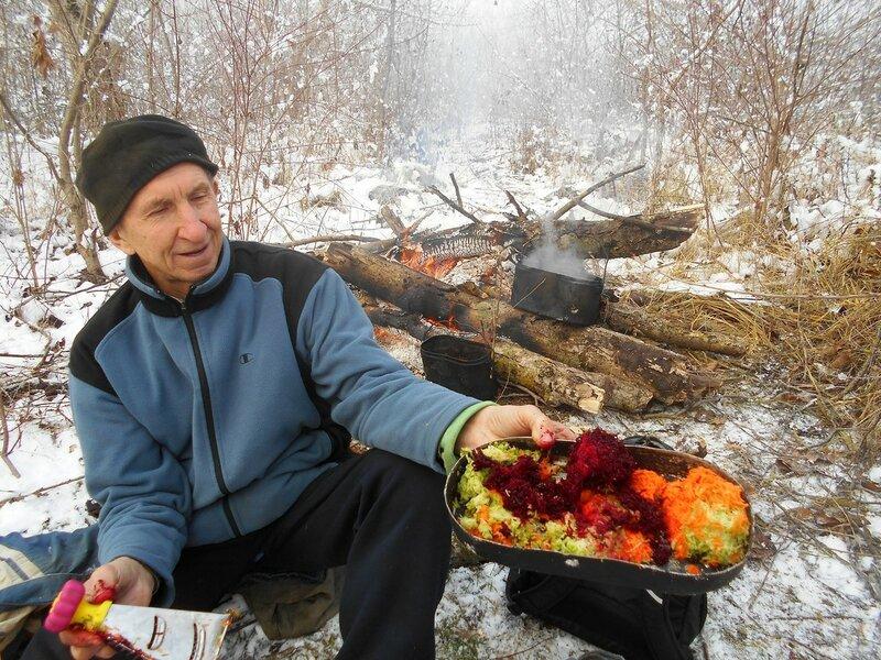 В условиях походных, со свежеприготовленным салатом, на привале ... DSCN0318.JPG