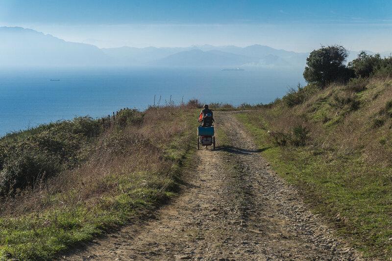 дорога вдоль берега гибралтарского пролива в парке эстречо