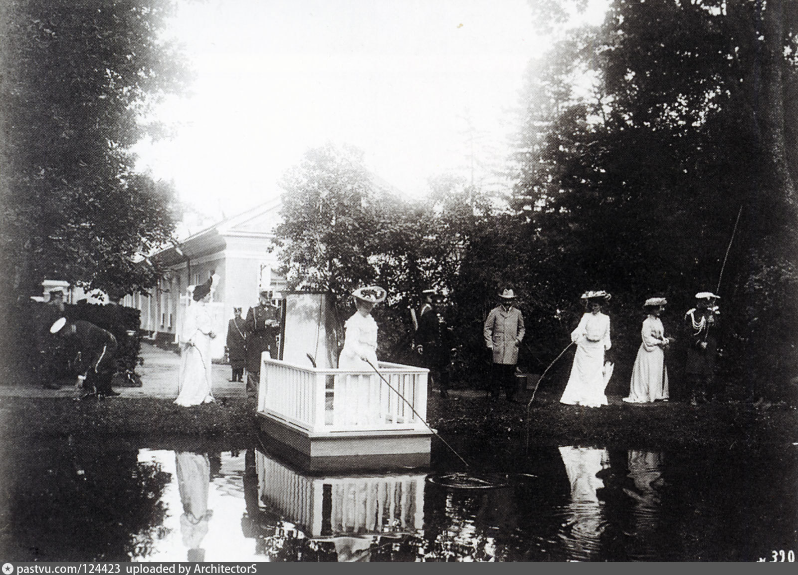 Участники выездов в охотничью и рыболовецкую усадьбу императора Николая II  во время рыбной ловли