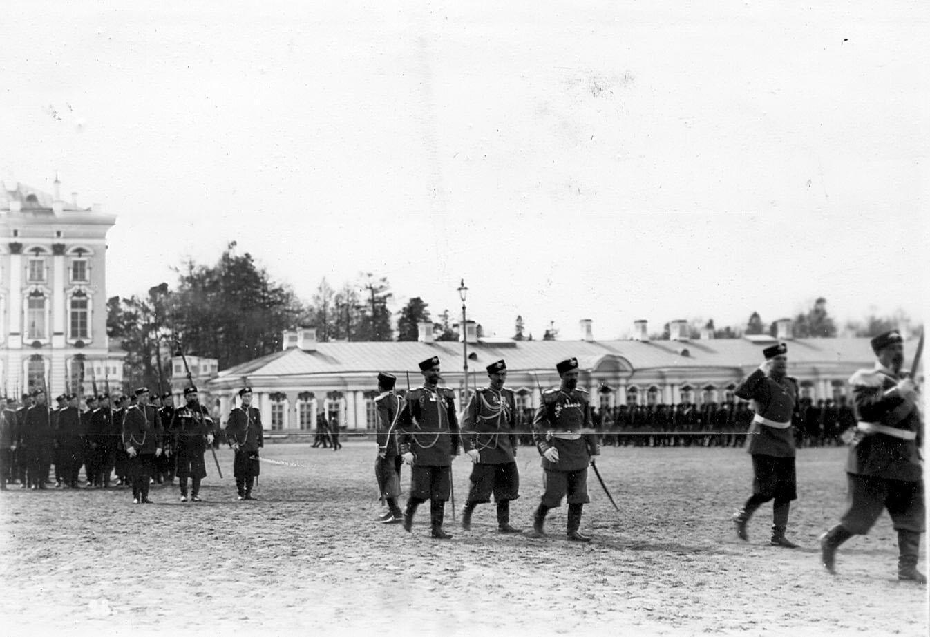 Подразделения лейб-гвардии стрелковой бригады проходят маршем перед принимающим парад