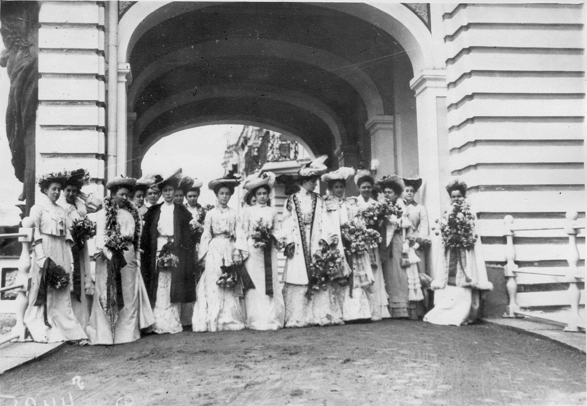 Придворные дамы у подъезда Екатерининского дворца наблюдают за парадом лейб-гвардии стрелковой бригады