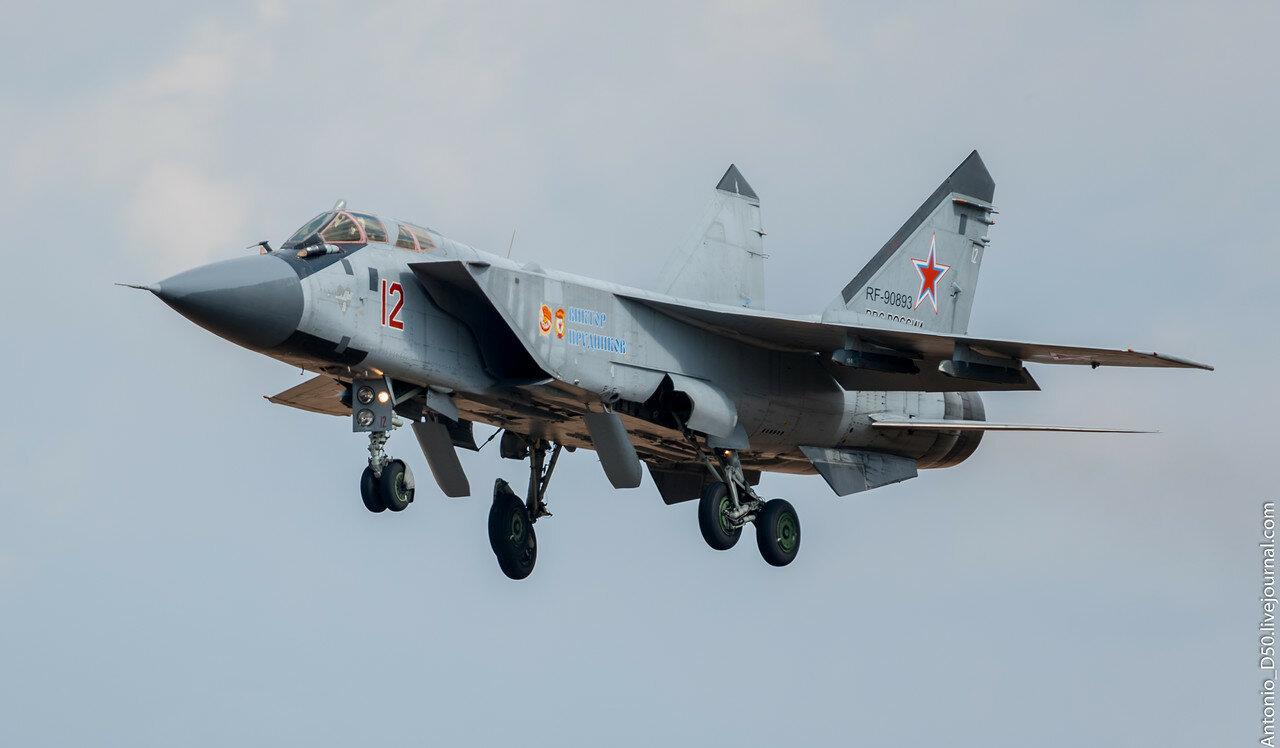 МиГ-31БМ RF-90893 / 12 на посадке.