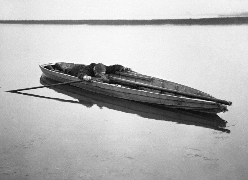Уточница в плоскодонной лодке, 1910 год