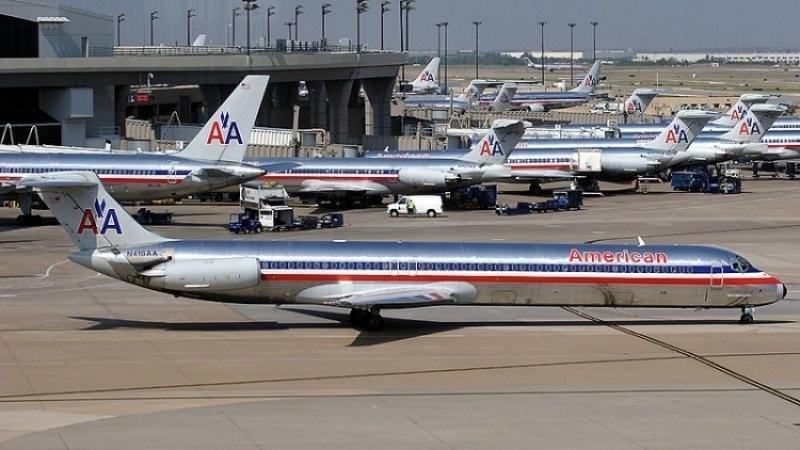 American Airlines отстранила отработы стюарда, ударившего женщину сребенком коляской