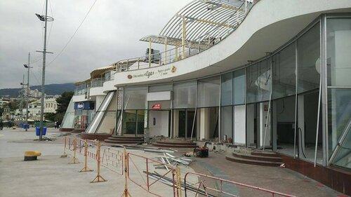 ВЯлте демонтаж комплекса Ахметова превратили впраздник скувалдами