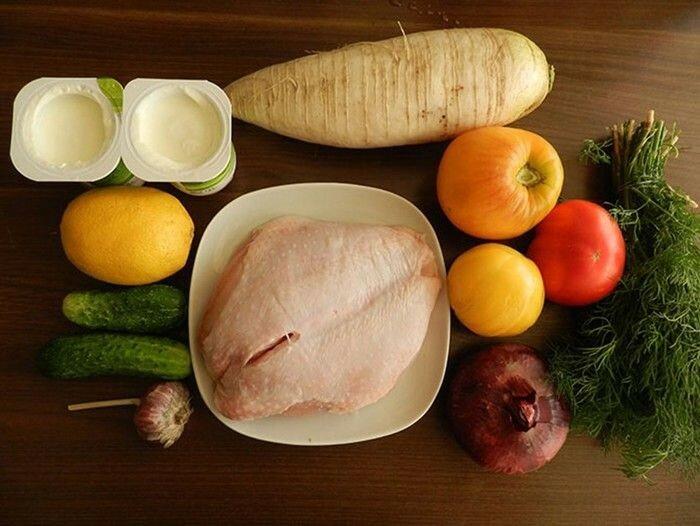 Салат с куриной грудкой и дайконом