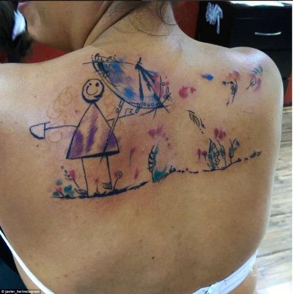Новая мода среди родителей: матери и отцы делают татуировки в виде рисунков детей