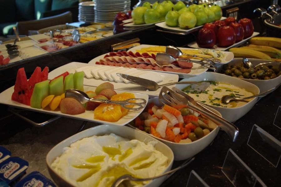 6. Еда со шведского стола Еда на шведском столе стоит по несколько часов без холода. При этом подход