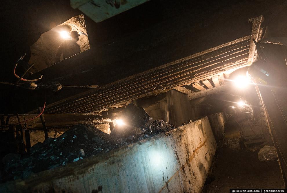 Путь, по которому электровозы доставляют руду от зоны погрузки до дробильного комплекса: