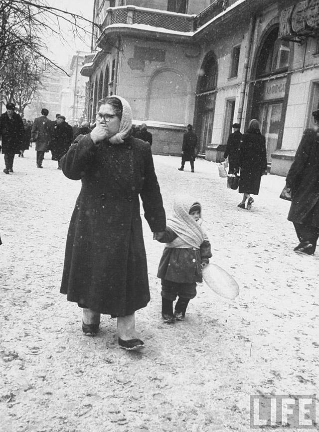 7. Бабушка и внучка рядом с гостиницей «Метрополь».
