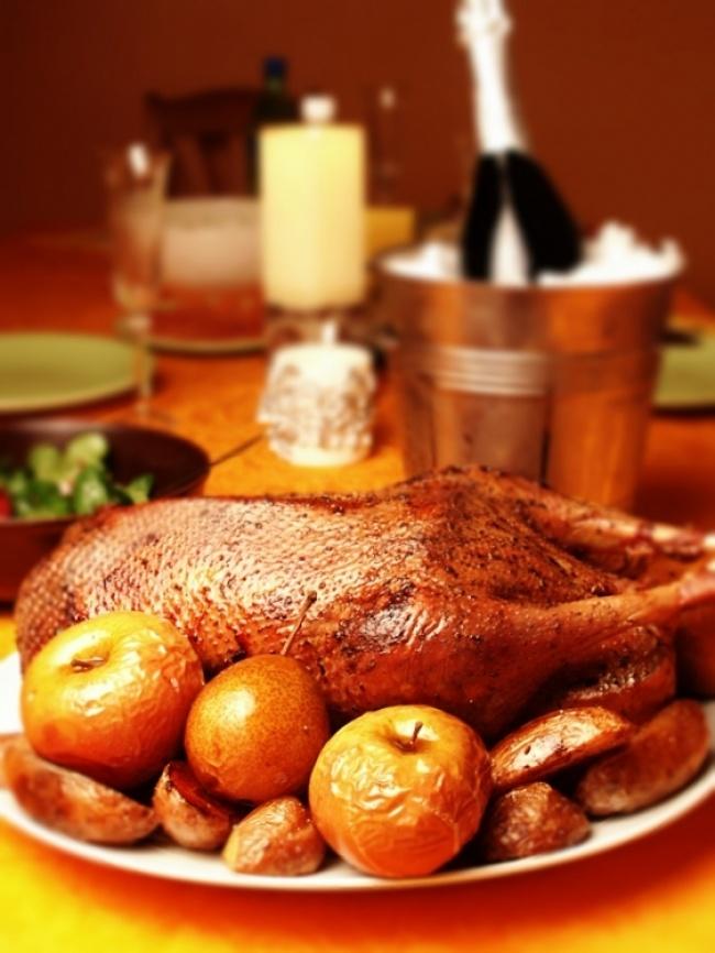 © foodclub  Рецепт. Ингредиенты (на 8 порций): 1 гусь 1 кг кислых яблок 200 г урюка 200 г черн