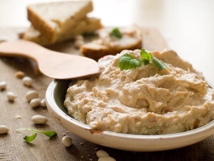 7. Хумус Благодаря наличию растительного белка хумус прекрасно подойдет для позднего перекуса и помо