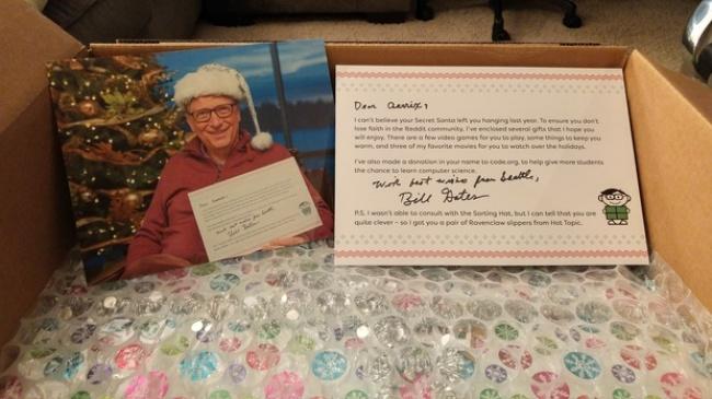 © redditgifts.com  Внутри коробки лежали заботливо подобранные подарки. Стало ясно, что Гейтс